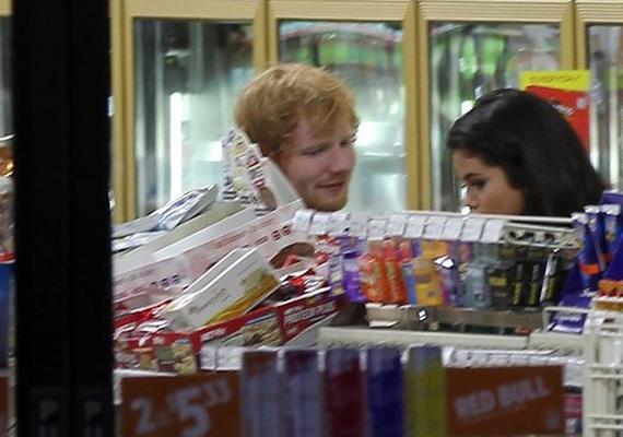 Selena Gomezt az angol énekessel, Ed Sheerannel kapták le néhány napja egy Los Angeles-i üzletben. A két sztár közös ismerőse Taylor Swift, és valószínűleg ők maguk is csak barátok, de a külföldi sajtó már romantikus szálak kialakulását feltételezi közöttük.