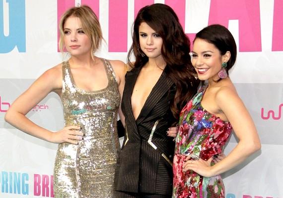 Ashley Benson csillogó estélyi ruhája és Selena nadrágkosztümje is elütnek Vanessa öltözékétől, mégis jól mutatnak együtt.