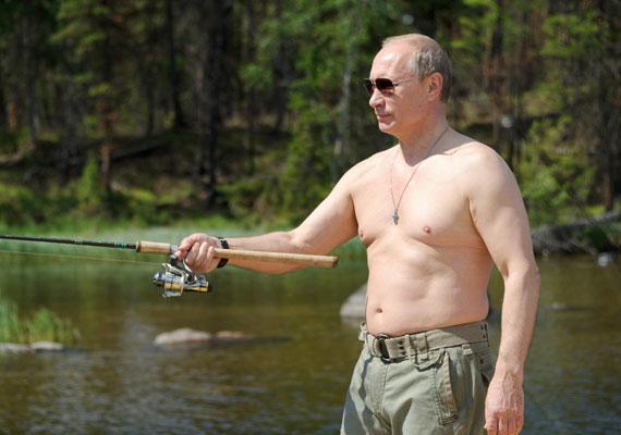 Vlagyimir Putyin is imád pecázni, bár a kép tanúsága szerint az orosz államfő némileg más stílust képvisel, mint a mi köztársasági elnökünk.