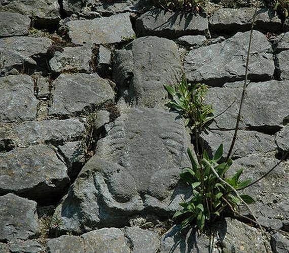 Egy írországi város, Fethard faláról is visszaköszön a termékenység szimbóluma.