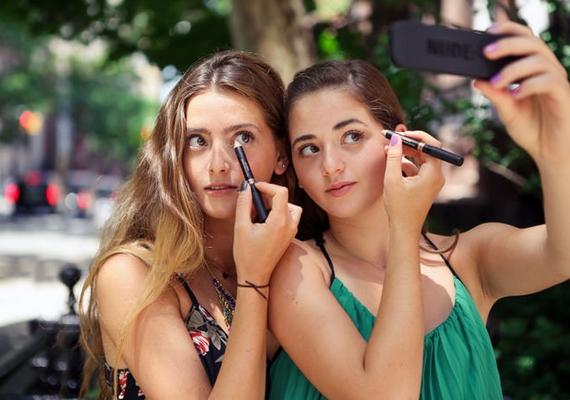 A MAC sminkmárka egyik fejlesztőjének lányai, a 16 és 18 éves Ally és Taylor Frankel először besegítettek édesanyjuknak, ma pedig már saját márkájuk van. Nevükhöz fűződik a Nudestix nevű, hihetetlenül könnyen használható szemceruza, amely forradalmasította a szépségipart, és milliókat hozott nekik a konyhára.