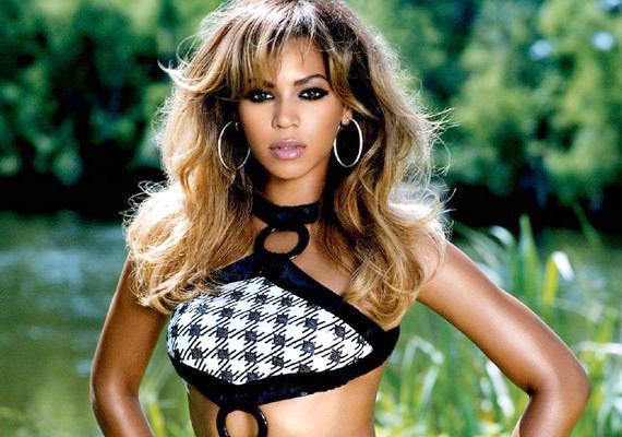 Beyoncé Knowles mintha évtizednyi világhír után sem tudná felfogni, hogy az ováció neki szól.