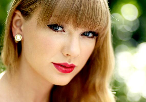 Taylor Swift egyik fellépésén hosszú percekig könnyezett.