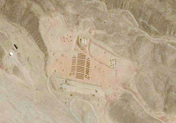 Ez az alakzat látszik a Sínai-félsziget sivatagjáról készült műholdas fotón. A különös rajzolat nem az idegenek műve, emberi kéz hozta létre, és a következő képeken közelről is megnézheted.
