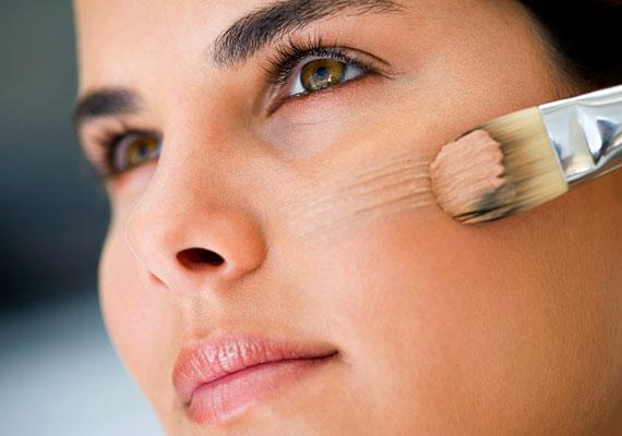 Kétszer is ellenőrizd, hogy jól eldolgoztad-e az alapozódat: a maszkszerű hatás vagy a csíkok az egész sminkedet tönkretehetik.