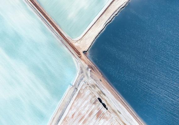 A Blue Salt Fied, vagyis kék sómező elnevezésű telepen a tengerből nyerik ki a sót a víz párologtatásával, innen ered a gyönyörű szín.