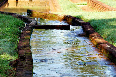 Sigirija: kanyargós utacska a medencékkel teli kertben.
