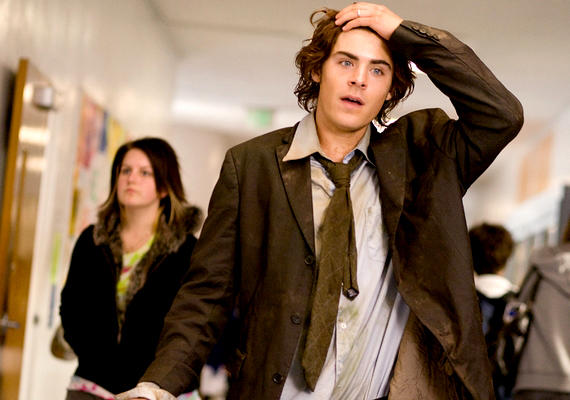 Szinte már fel sem ismernénk Zac Efront hosszú hajjal, pedig a High School Musicalben még így vált ismertté. A tinisztárból azóta igazi álompasi lett, de sajnos később - mint oly sok sztár - a drogokkal is megküzdött. A 6,3-ra értékelt, 2009-esMegint 17-ben felejthetetlen alakítást nyújt a Jóbarátok Chandler-jének oldalán.