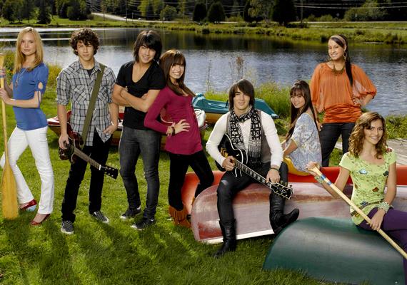 Ha hiányzik a nyári szünet, és nosztalgiáznál egy kicsit, itt egy neked való film. Demi Lovato és Joe Jonas szerelme ebben a 2008-as moziban bontakozott ki, majd később az életben is egy párt alkottak. A kissé alulértékelt, 4,6 pontosCamp Rock - Rocktábor című filmrőlitt olvashatsz bővebben.