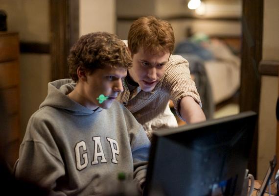 Tudtad, hogyan jött létre a mindennapi életed részét képező Facebook egy átlagos fiú jóvoltából? Nem hagyhatod ki aSocial Network - A közösségi hálócímű filmet, ha kíváncsi vagy, mire képes egy diák. A 2010-es film magas, 7,8 pontos értékelést kapott az IMDb-n.