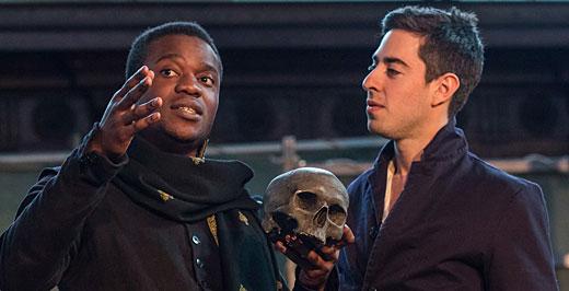 Jelenet a Globe Színház Hamlet c. előadásából. Fotó: Helena Miscioscia