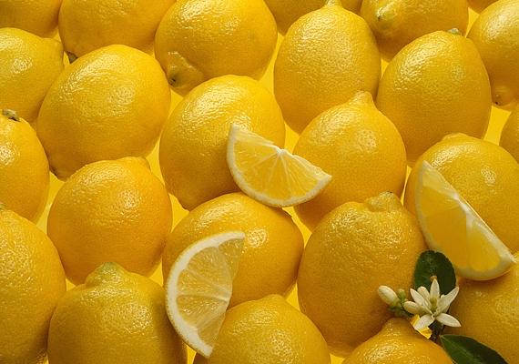 Baktériumölő tulajdonsága mellett a citrom az íny egészségéhez is hozzájárul, magas C-vitamin-tartalma pedig segíti a szájban keletkezett sebek gyógyulását.