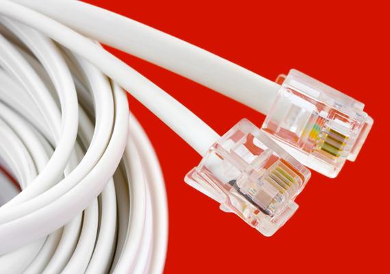 Mielőtt bármibe belefogsz, húzd ki a kábeleket, és győződj meg róla, hogy nincs áram alatt a gép. Ha nem vagy biztos benne, hogy melyik kábel hova tartozik, érdemes előtte felcímkézni őket.