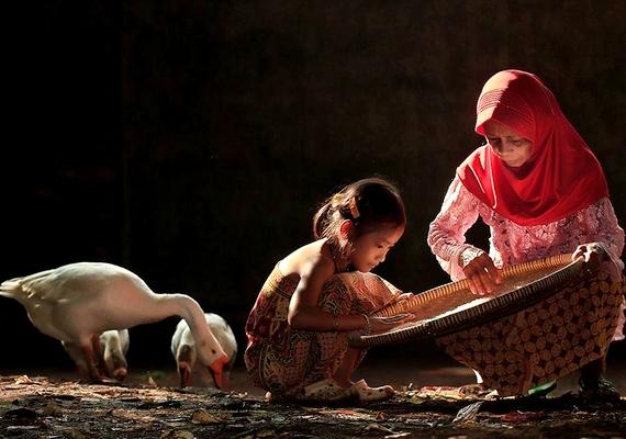 A kislányok már egészen kicsi koruktól fogva tanulják a mindennapi teendőket édesanyjuk mellett.