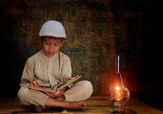 A modern technika híján a gyerekek még mindig szívesen olvasnak könyvet egy kis lámpás fényénél.