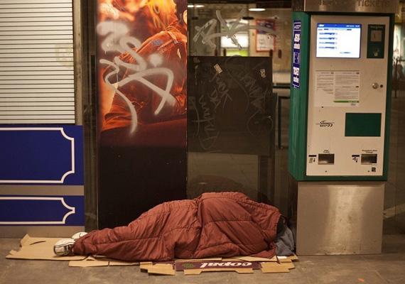 A főváros tavaly ősszel kitiltotta Budapest bizonyos területeiről a hajléktalanokat. Ez azt jelenti, hogy ha a közterület-felügyelő meglátja, hogy egy hajléktalan a tiltott zónákon tartózkodik, először felszólítja őt távozásra. Ha a hajléktalan ezt nem teszi meg, akkor a közterület-felügyelő beviheti a rendőrségre.