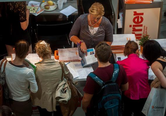 A kormányzati programok ellenére Magyarországon az európai átlagnál kissé gyorsabban növekszik a fiatal munkanélküliek aránya. Egy 2012-es adat szerint a 15-24 év közötti korosztályban minden száz fiatal közül csaknem 29-nek nem volt munkahelye.
