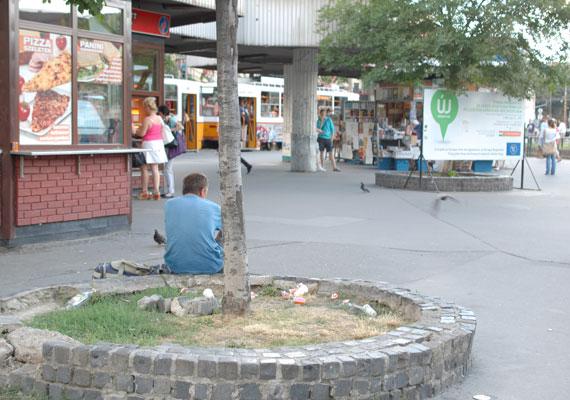 A tér eredeti patinájában. Nemcsak a lerobbant épületekkel és bódékkal van a gond, a járókelők sem vigyáznak a tér küllemére.