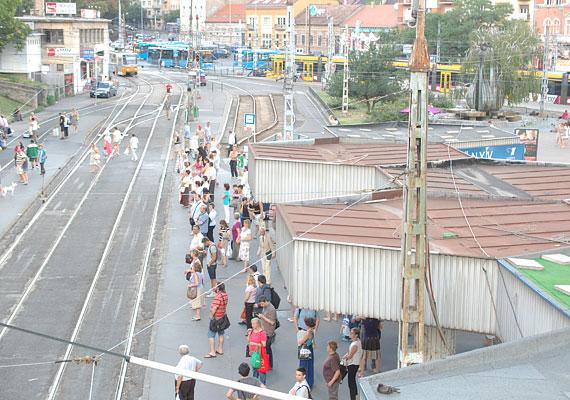 Rozsdásodó tetejű megállók alatt várják az utasok a villamost. A gyalogos közlekedés jelenleg több helyen is a síneken át megoldott, ami meglehetősen balesetveszélyes. Ezen is változtatni fognak.