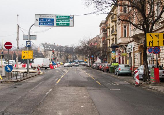 A Margit körút felől a Szilágyi Erzsébet fasor felé a korábbi nyomvonalon haladhat a forgalom, a Dékán utca és a Szilágyi Erzsébet fasor között az autóbuszsáv ideiglenesen megszűnt.