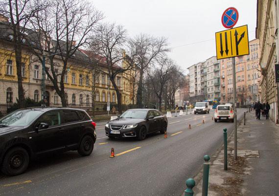 A Szilágyi Erzsébet fasor elején, a városból kifelé vezető oldalon a Retek utca vonaláig csak egy sávon lehet haladni.