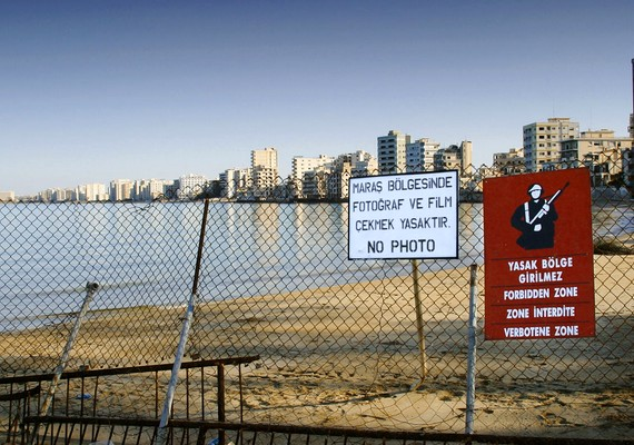 A ciprusi Famagusta lakói a hetvenes években menekültek el otthonaikból a török megszállás elől. A turistaparadicsom Varosha nevű része még ma is kihalt, és tiltott területnek nyilvánították.