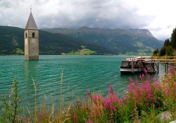 A csendes olasz falut, Graunt egy mesterséges tó vize lepte el. A lakók hiába tiltakoztak, egy multicég mégis elárasztotta a helyiséget - a templomtorony ma is kilóg a vízből.