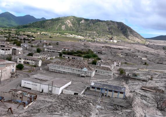 A nagy-britanniai Monsterrat szigetének legnagyobb kikötővárosának pusztulását aSoufriére Hills nevű vulkán 1997-es kitörése okozta, amikor másfél méter magas hamuréteg lepte el a területet.