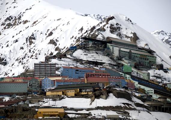 Az egykor jól működő chilei bányaváros, Sewell egyszerűen becsődölt, amikor államosították a szénbányát. A lakók elköltöztek, a munka leállt, és ma már csak egy múzeum működik az emlékhellyé nyilvánított területen.