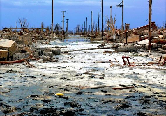 Argentina egyik felvirágzóban lévő tóparti falva, a Villa Epecuén egy csapadékos évben víz alá került, amikor a védőgát átszakadt. 1985 és 1993 között a vízállás folyamatosan nőtt, és csak 2009-ben kezdett apadni. Mára már látszanak a falu romjai.