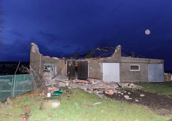 Viharos szél által megrongált épület a lengyelországi Olszewóban. Hajnalban Lengyelországot is elérte a szélvihar.
