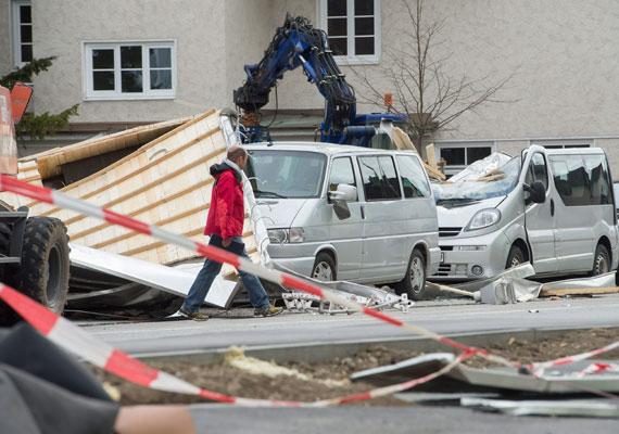 Megrongált járművek a dél-németországi Weilheimban. Az orkán által leszakított tető zuhant a parkolóra.