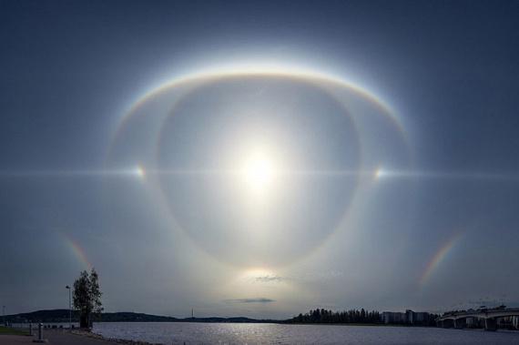 Nemcsak a felhők, de a napfény is okozott már hasonló optikai illúziót: ez a kép az óriási égi szemről Angliában készült tavaly áprilisban.