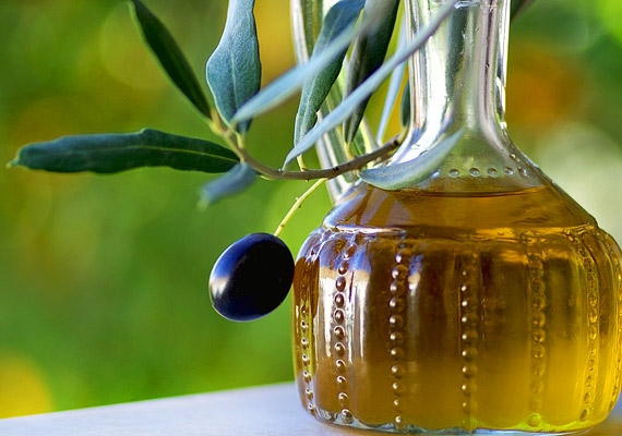 Az olívaolajban található olajsav, linolénsav és linolsav selymes, puha árnyalatot ad a szivárványhártyának: ez még eggyel több ok arra, hogy rendszeresen fogyaszd ezt az egészséges olajat.