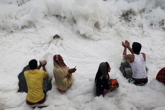 A Chhat Puja a hindu vallás egyik legszentebb ünnepe, ilyenkor az indiaiak a folyóban megmártózva imádkoznak a Nap felé. A vallásos helyieket a jelenlegi hátborzongató krízis sem tartja vissza attól, hogy megtartsák a fesztivált.
