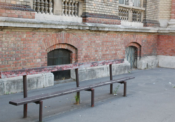 Ódon pad a kórház főbejárata mellett a Nagyvárad téren.