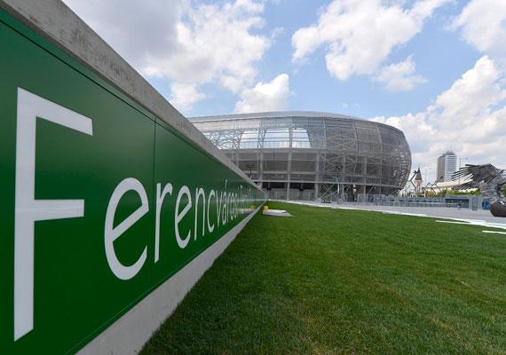 A stadion előtt decens gyep és kulturált beléptetés várja a futball és a Ferencváros híveit.