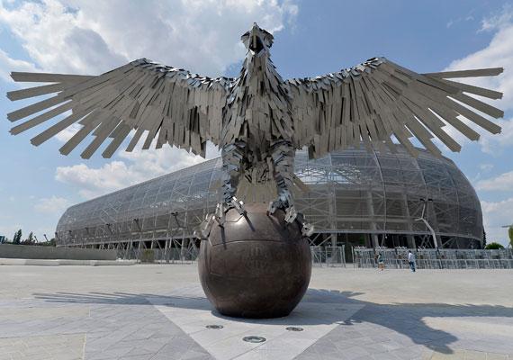 Impozáns látvány fogadja, aki a stadionhoz érkezik. Szőke Gábor Miklós Fradi Sas nevet viselő szobra Európa legnagyobb madárábrázolása.