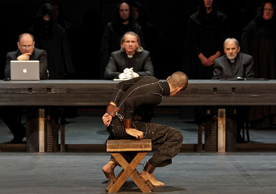 Végül mindazok a férfiak, akik a hit bástyájaként maguk előtt tolták Johannát, máglyára segítik őt.