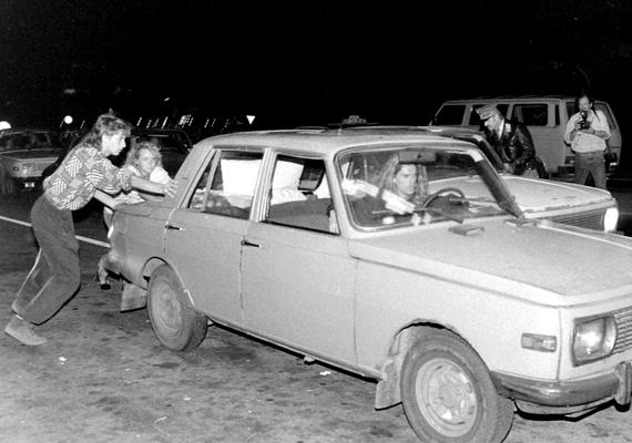 1989. szeptember 10., a megnyitott határátkelő Hegyeshalomnál. Még este is olyan jó idő volt, hogy rövidujjúban lehetett szaladgálni.