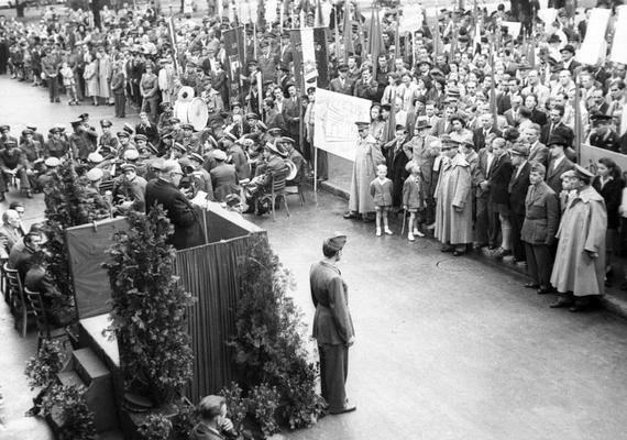 1949. szeptember 11., Sztálin - ma Erzsébet - tér, a MÁVAUT autóbusz-pályaudvar átadási ünnepsége. A közönség jó része kabátban hallgatja Bebrits Lajos közlekedésügyi miniszter beszédét.