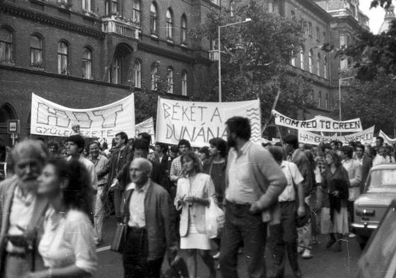 1988. szeptember 12-én szintén kellemes idő volt. A budapesti Alkotmány utcában tüntető tömeg vonult fel - az emberek a bős-nagymarosi vízlépcsőrendszer felépítése ellen tiltakoztak, kabát nélkül.