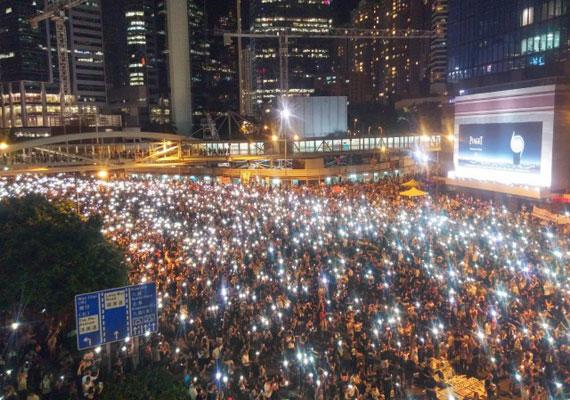 Komoly tüntetéshullám indult Hongkongban, ahol főként fiatalok kezdtek tiltakozásba amiatt, hogy Peking előzetes ígéretét megszegve mégsem engedné 2017-től azt, hogy demokratikusan válasszanak jelölteket a választásokra. A különleges státuszú, de Kínához tartozó területen ezt a demokrácia csorbításaként értékelik. A tüntetők többnyire békések, de már a megmozdulások elején többször összecsaptak a rendőrökkel. A kínai kormány 1989 óta a legnagyobb állampolgári elégedetlenséggel kénytelen szembenézni, és mindeddig nem sikerült úrrá lennie a helyzeten.