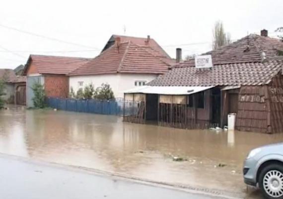Legfrissebb információk szerint 750 háztartás van áram nélkül, több helyen még mindig nincs víz, mert a folyók elárasztották a kutakat is, így ezekre a helyekre tartálykocsikat küldenek.