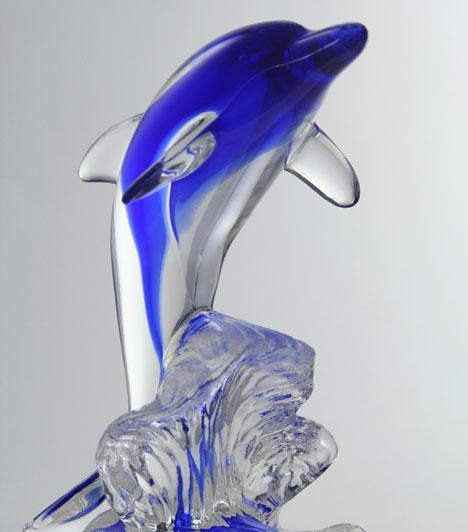 DelfinA dielfin már az ősi legendákban is a szerelmet szimbolizálta, ahol sokszor a szerelmesek megmentőjeként szerepelt a történetekben.A delfines dekoráció természetesen akkor hat a legerőteljesebben, ha párba állítva használod.