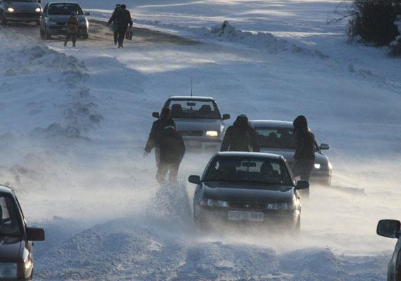 Hóátfúvásban elakadt autók Hárskút közelében vasárnap. A legnagyobb gondot az erős szél okozta.