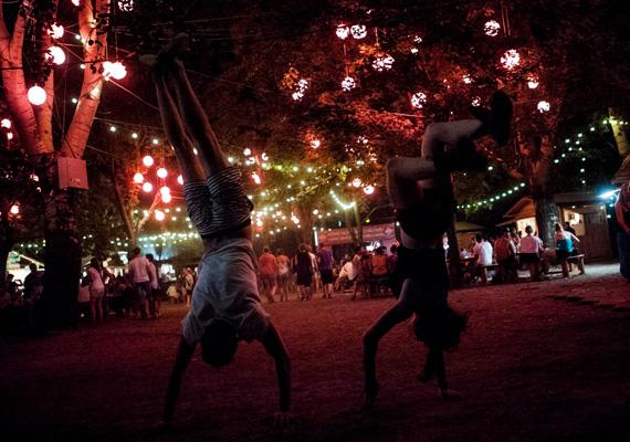 Így nézett ki este a Sziget. Ebben az évben nagy hangsúlyt helyeztek a szervezők a látványvilágra, így az újdonságnak számító cirkusz is nagy sikert aratott.