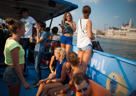 A Sziget, valamint a Batthyány és Petőfi tér között közlekedő Juventus hajóra félóránként lehetett felszállni. Láthatóan nagy volt a fiatalok érdeklődése a körjáratra.