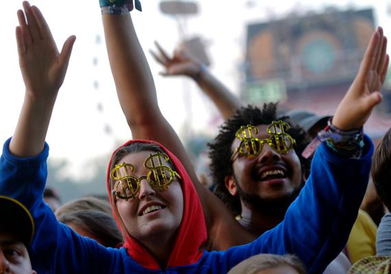 Fiatalok élvezik a Nagyszínpad koncertjét. Idén a fesztivál ideje alatti rekkenő hőség miatt kialakított strand aratta a legnagyobb sikert a látogatók körében.