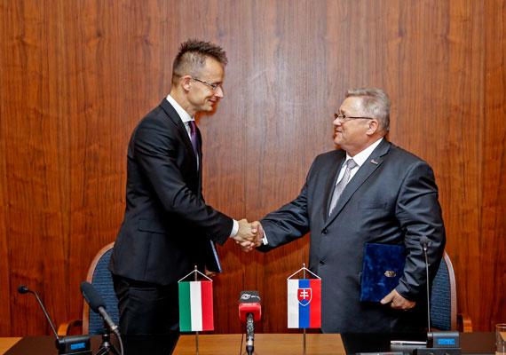 Államtitkárként még nem fogta vissza ennyire magát. 2013-ban például tarajat nyíratott magának, és így utazott Pozsonyba tárgyalni a helyi kormánnyal.